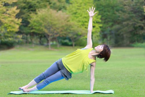ヴァシシュタのポーズで体幹とバランス力を鍛えて、ヨガの教えも実感しよう