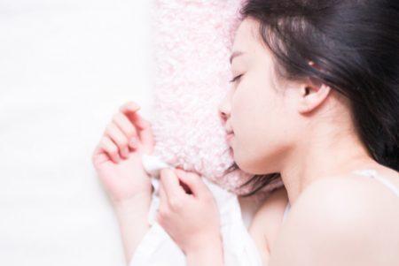 睡眠不足解消に役立つヨガポーズとは?ポイント・やり方をご紹介します!