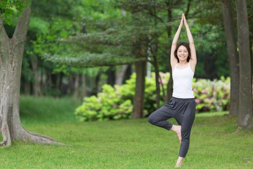 ヨガの片足立ちポーズの上達方法とは?初心者におすすめの練習法を紹介!