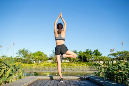 ヨガで中殿筋を鍛える!股関節・骨盤を安定させバランス力UP!