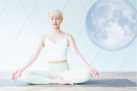 満月とヨガの深い関係って?自然と寄り添う夜の過ごし方