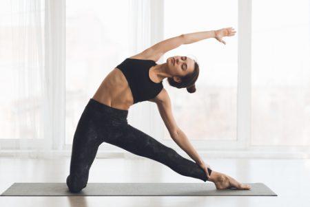 門のポーズで脇腹のたるみを引き締め&腰痛ケア。効果とやり方を解説