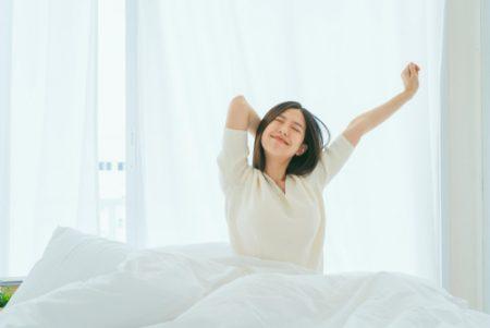 ベッドの上でできる簡単ヨガポーズ~朝スッキリ!目覚めのヨガポーズ5選~