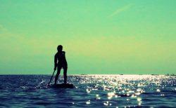 SUPヨガでヨガを楽しもう!海で楽しむヨガの魅力や効果を紹介