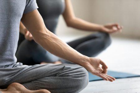 男性もヨガをして、体と心の健康を取り戻す