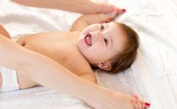 ぐずり・夜泣きにお困りのママたちへ。効果的なベビーマッサージのやり方って?